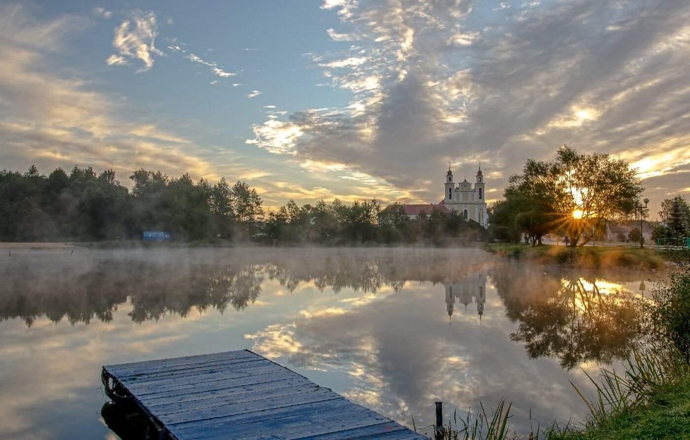 Озеро и церковь в Беларуси