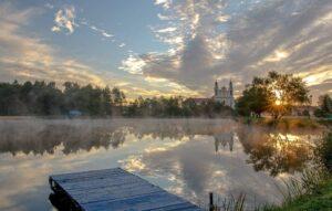Церковь у озера, летний отдых в Беларуси
