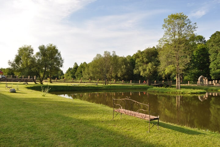 Озеро с красивым газоном вокруг, Сула