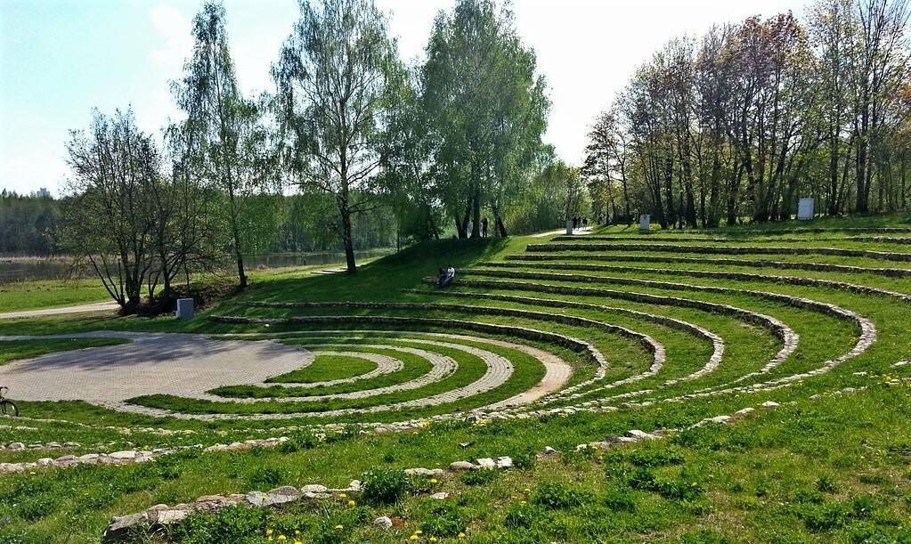 Зеленый ландшафтный амфитеатр в парке