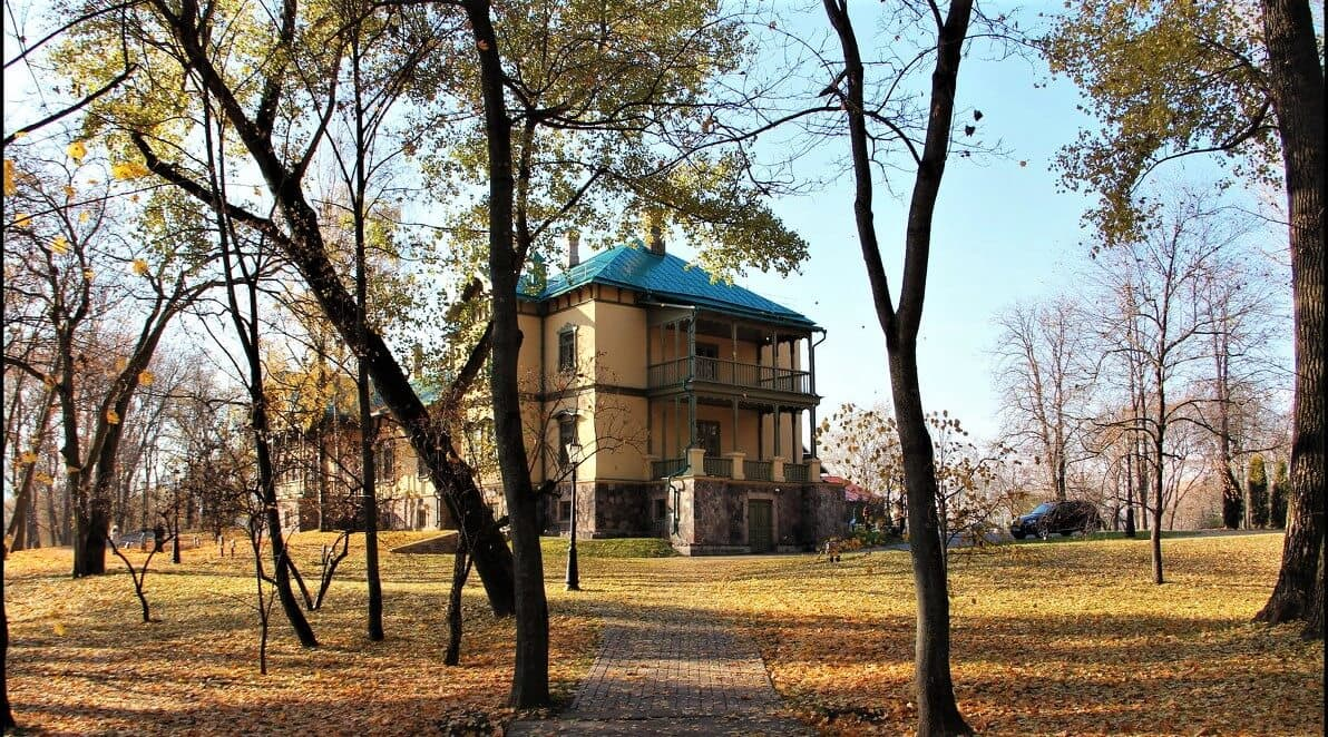 Loshitsa Park manor in autumn