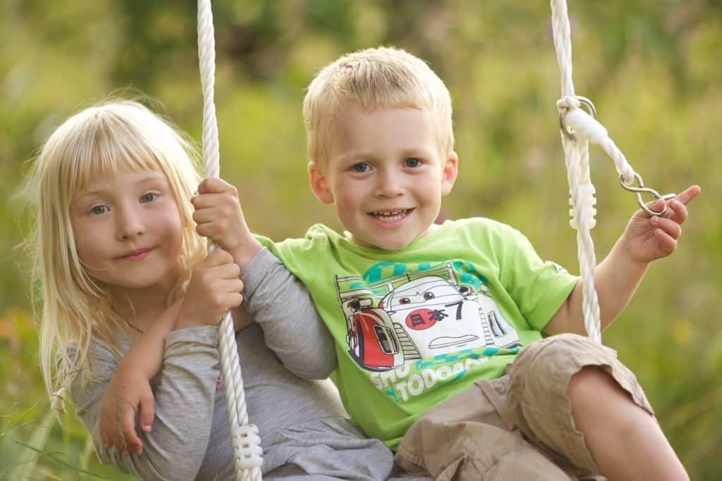 Отдых в Беларуси с детьми, дети на качелях