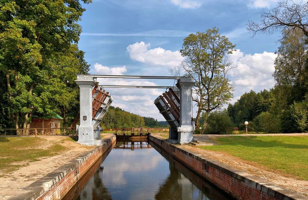 Разводной мост, отдых на Августовском канале