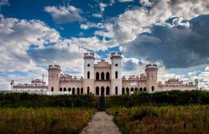 Дворец Пусловских в Коссово издалека, легенды, история и как посетить